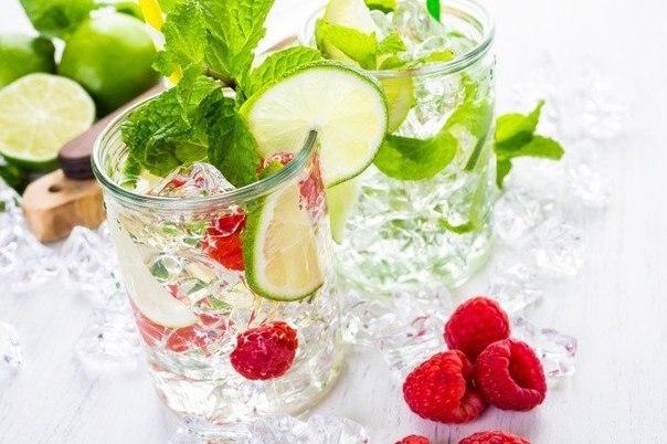 9 способов сделать питьевую воду вкуснее и полезнее